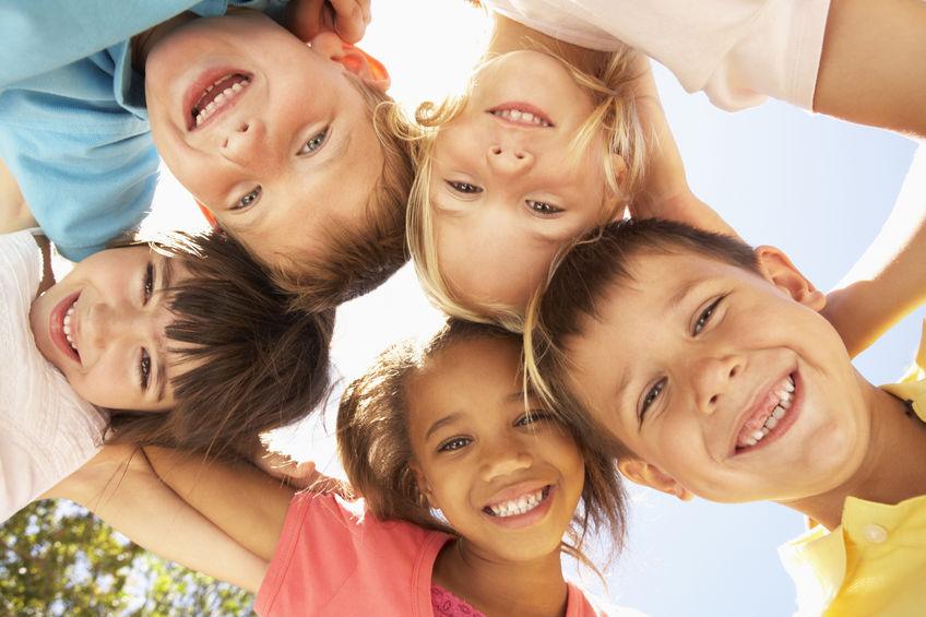 独山:公益志愿者关爱留守贫困儿童