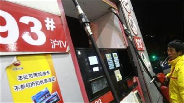 发改委:国内汽、柴油价格每吨分别降低130元和125元