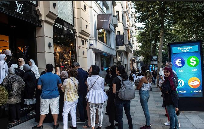 里拉汇率暴跌 亚洲游客在土耳其奢侈品店排队扫货