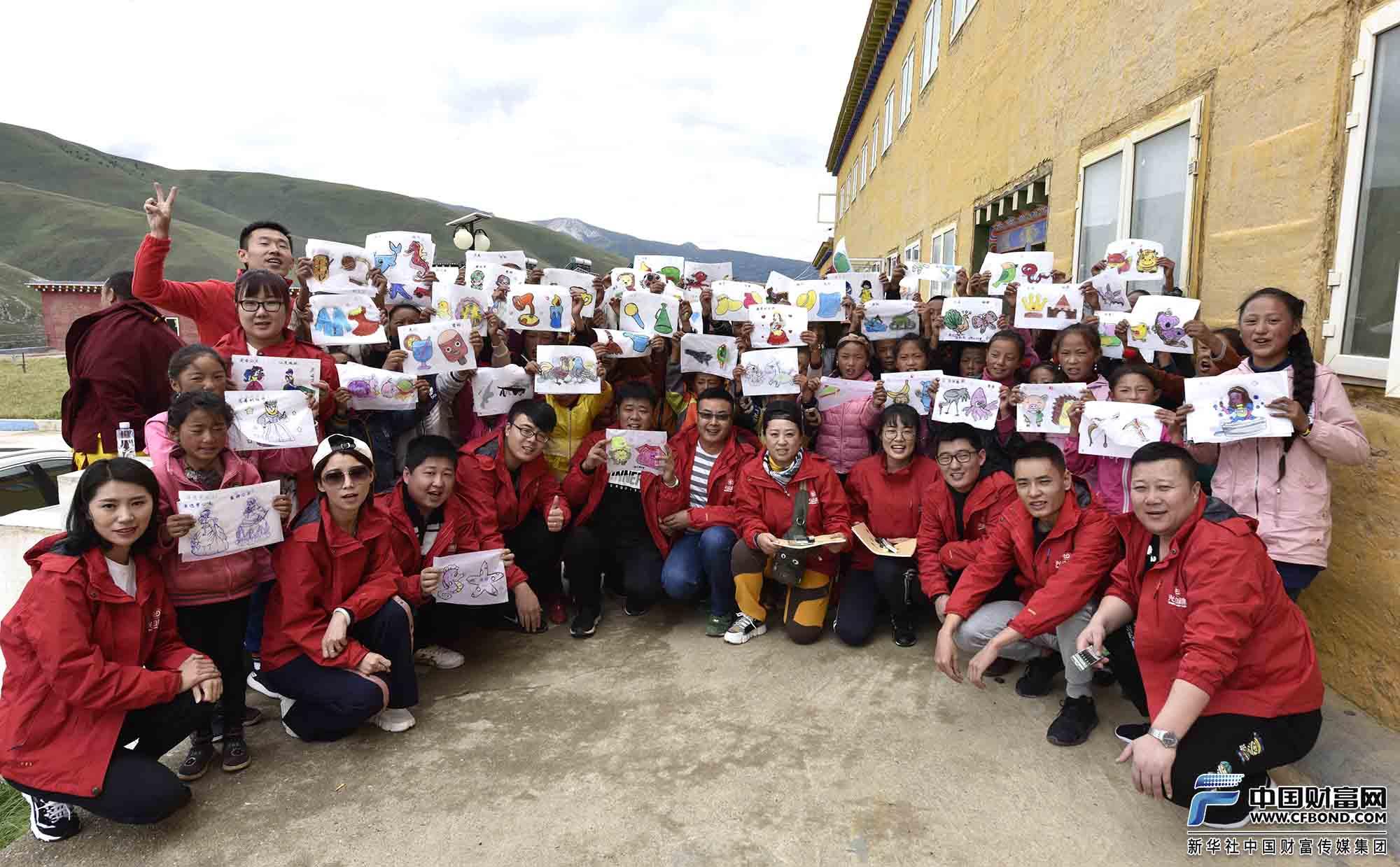 学生们展示自己的绘画作品