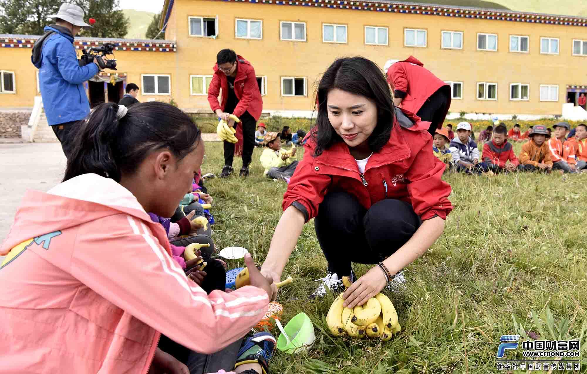 兴动公益团队给孩子发放午餐水果