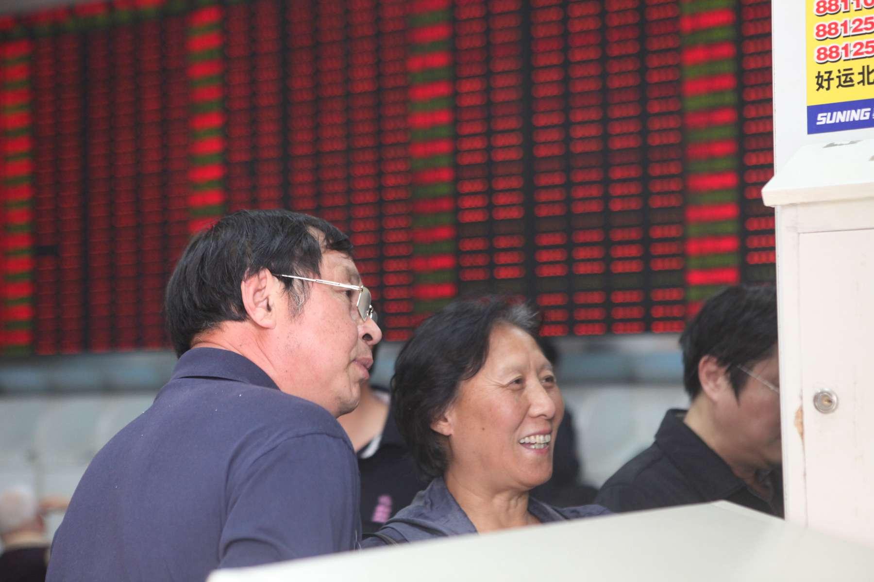 China Hushen 300 index futures close higher Friday