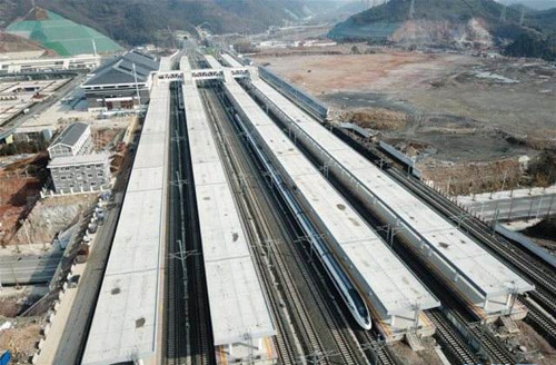 China speeds up railway investment in first 8 months