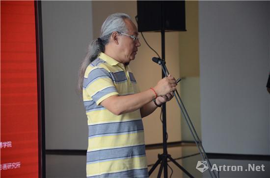 重庆市美术家协会副主席、四川美术学院副院长侯宝川教授宣布壁画展开幕