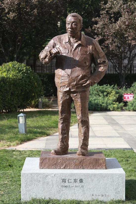 吴为山塑《南仁东》像,高2米,青铜铸造,2018年,现矗立于中国科学院