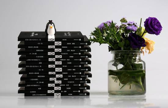 """此次出版的""""小黑书""""中英双语版本,是国内首次版权引进"""