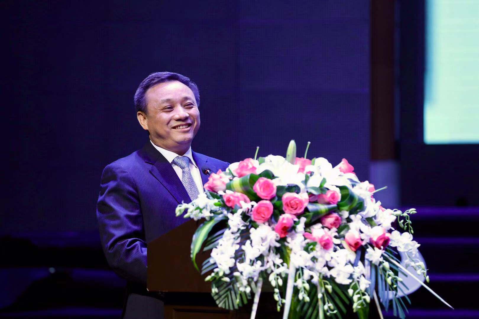 中誠信集團創始人、董事長毛振華發表演講