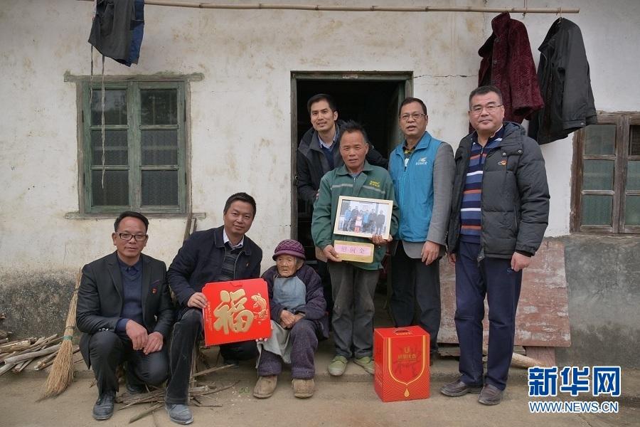 扶贫团队带来特别年礼 外出务工家庭喜获全家福