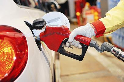 """国内油价迎""""两连涨"""" 92号汽油每升上调0.19元"""