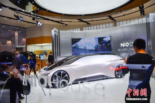 图为国产新能源汽车品牌蔚来展出的一款EVE无人驾驶和纯电驱动概念车吸引观众。<a target='_blank' href='http://www.chinanews.com/'>中新社记者 骆云飞 摄