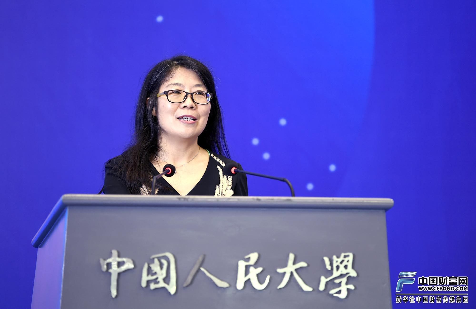 中国人民大学中国保险研究所所长魏丽开场、宣读比赛规则