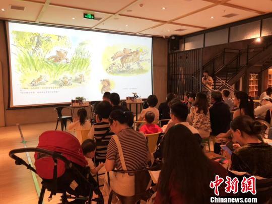 北京读者见面会现场投影《小熊和最好的爸爸》画面 钟欣 摄