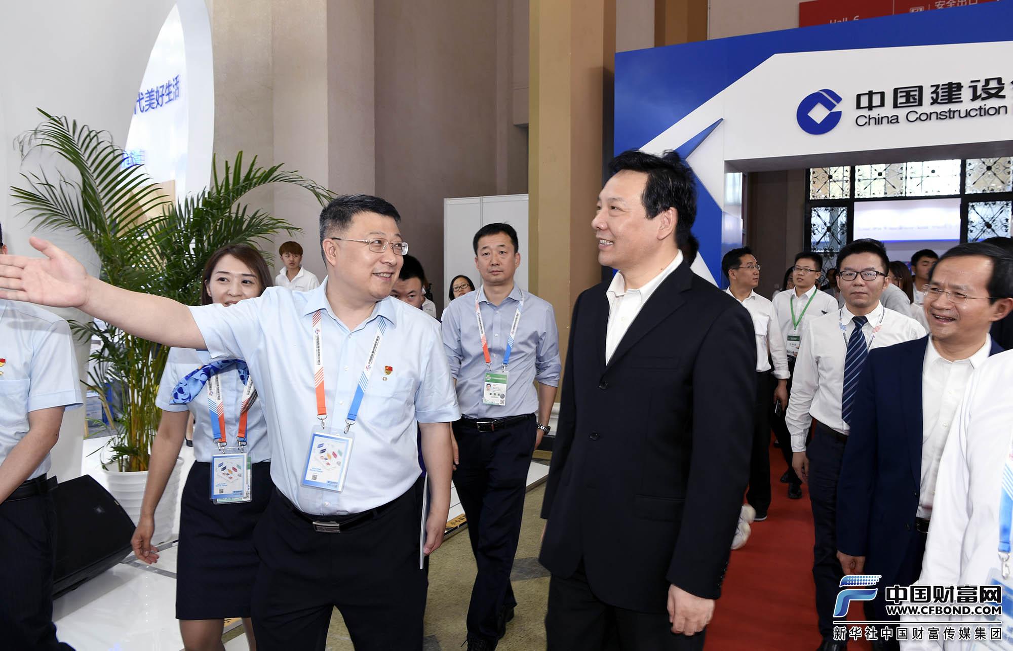 中国人民银行副行长陈雨露与北京市副市长殷勇参观展览