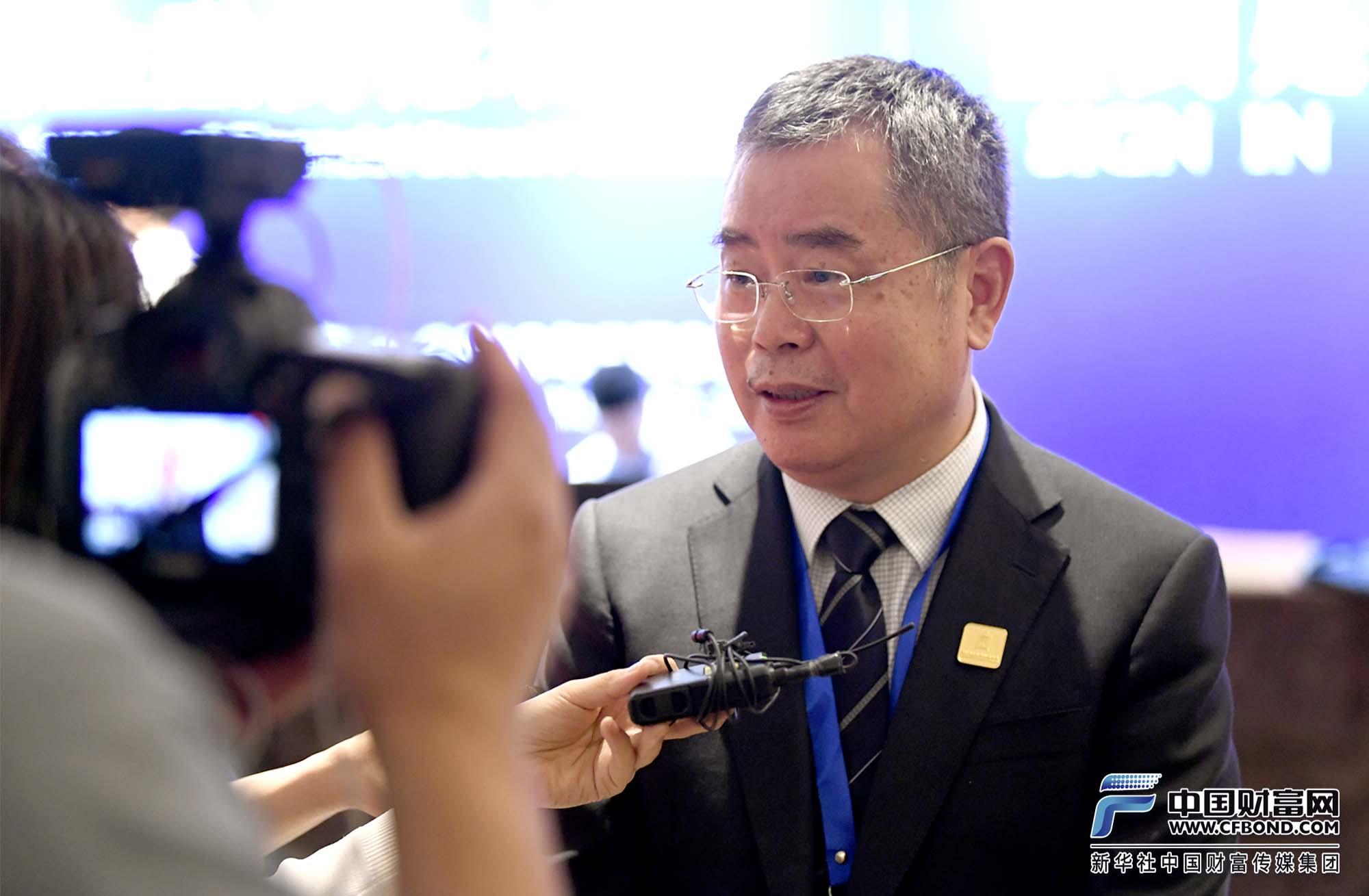 国家金融与发展实验室理事长李扬回答中国财富网记者提问