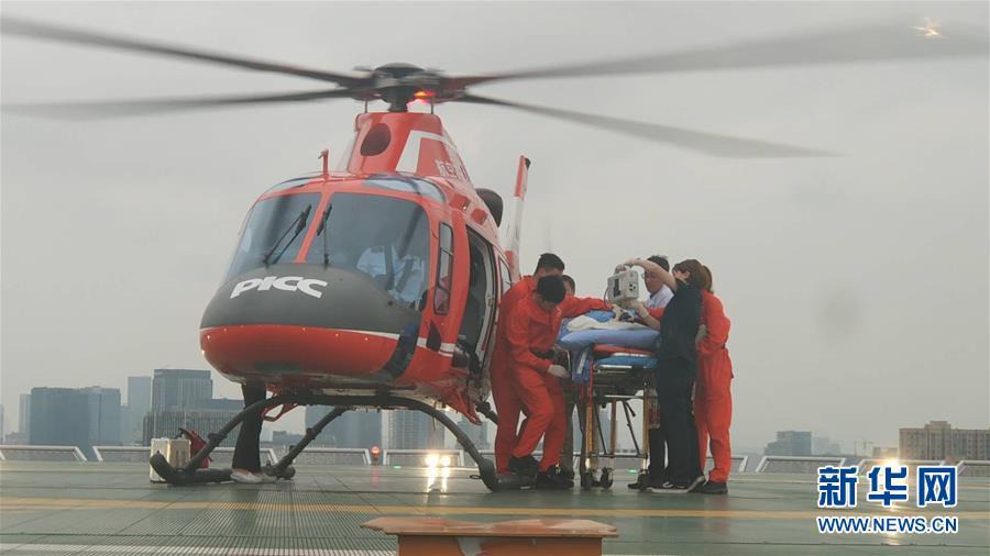 """長寧地震首位重傷員通過""""空中120""""轉運到成都接受治療"""