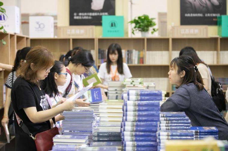 """""""追书"""",4天近10万人逛江苏书展"""