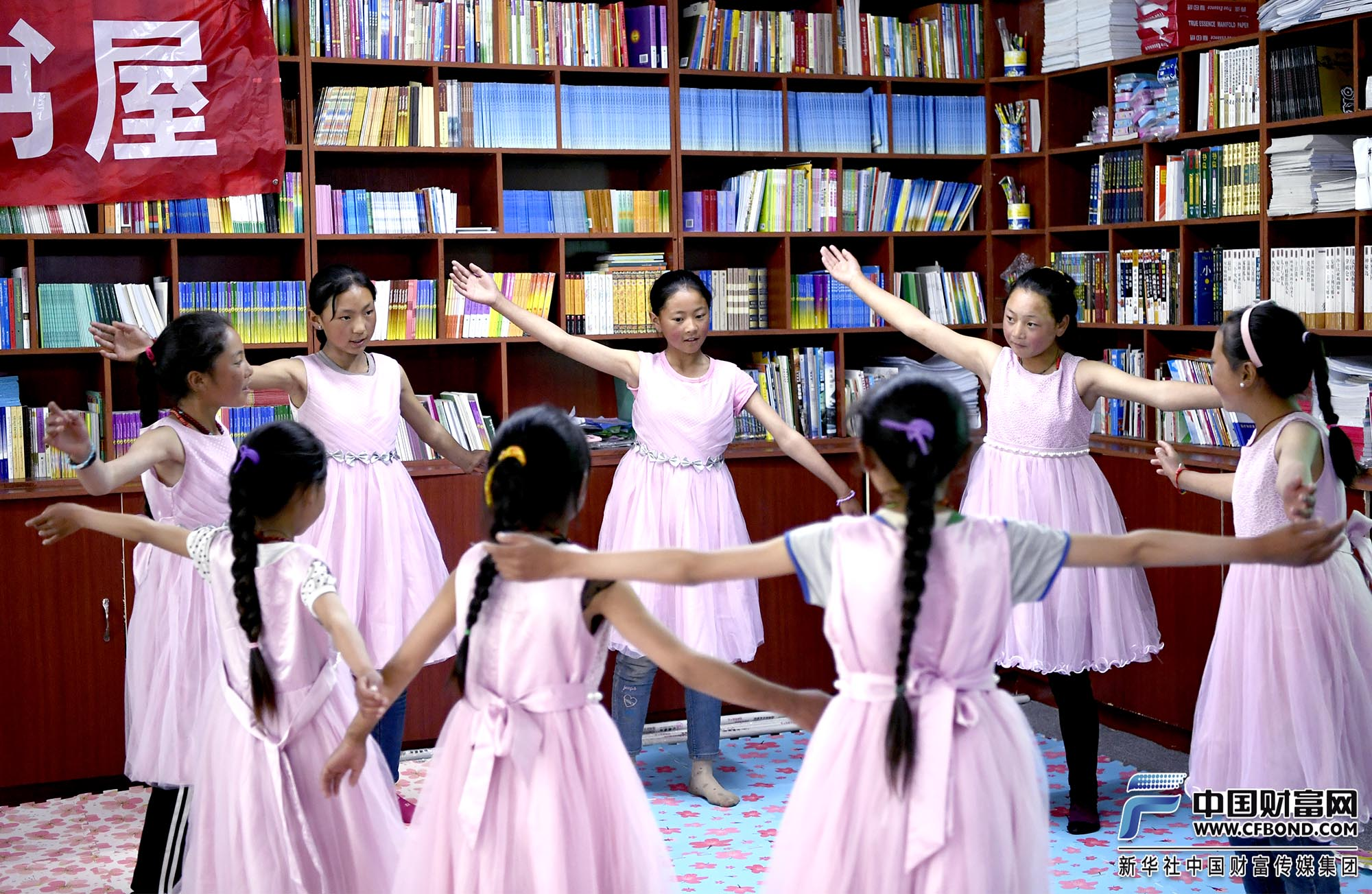 俄支乡的孩子们载歌载舞