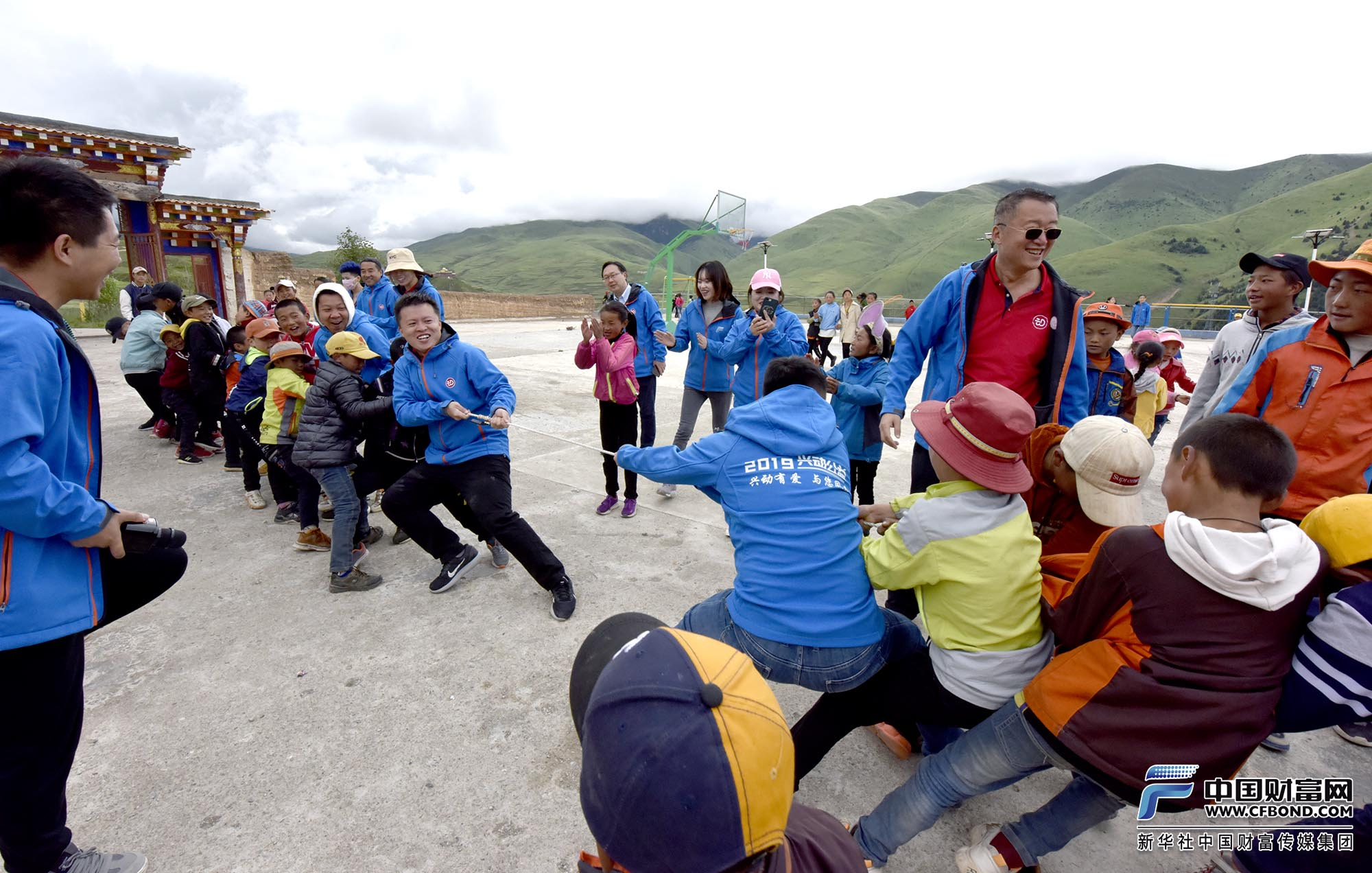 兴动公益团队队员们和俄支乡学生们一起拔河