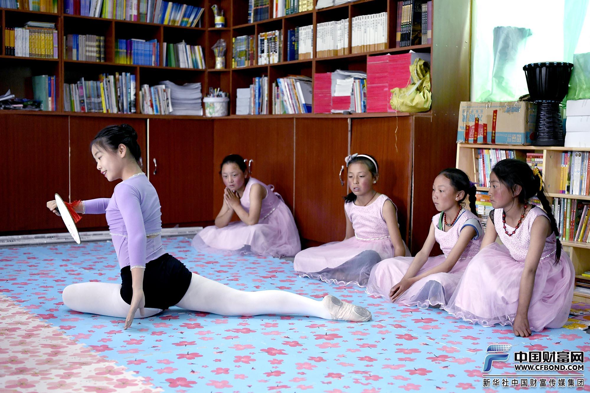 俄支乡的学生认真观看舞蹈表演