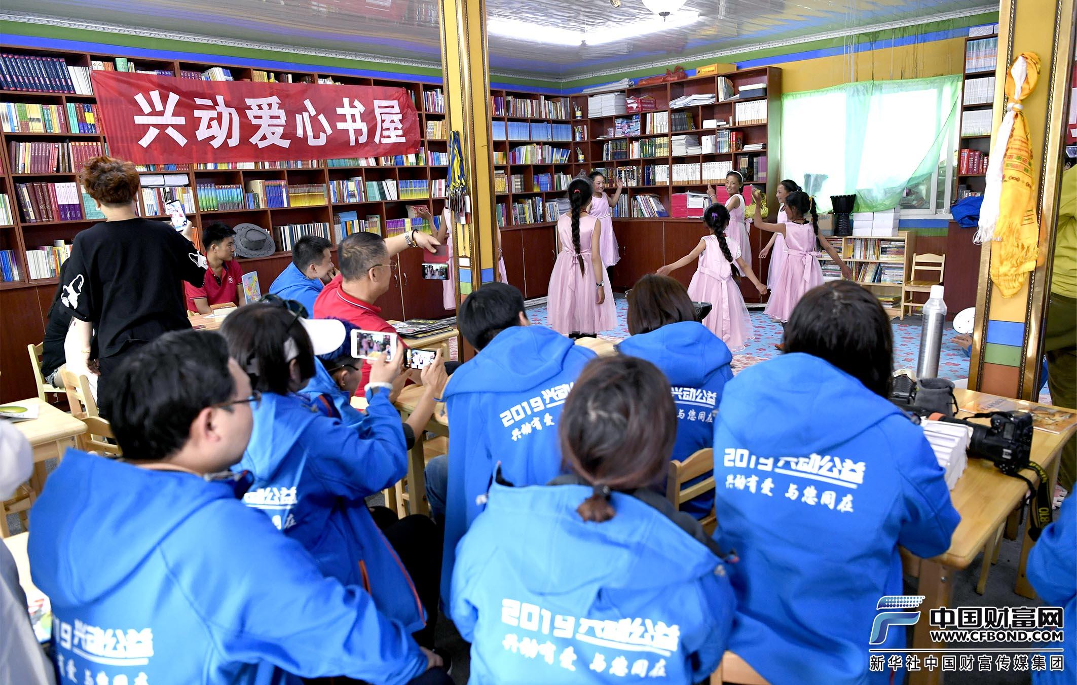 俄支孩子们跳起藏族舞