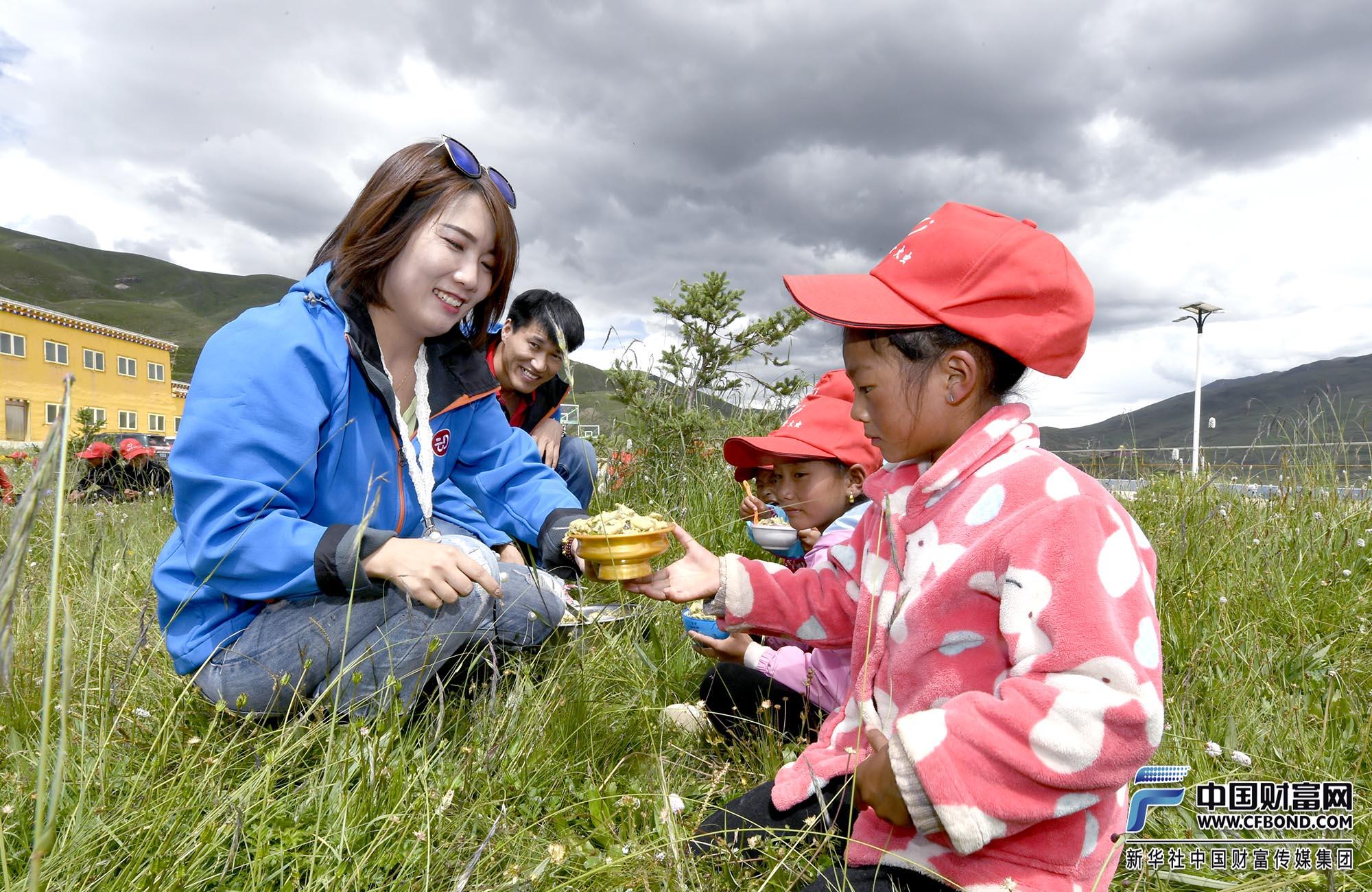 兴动公益团队为孩子们发放爱心午餐
