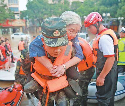 战台风 他们坚守抢险救灾一线