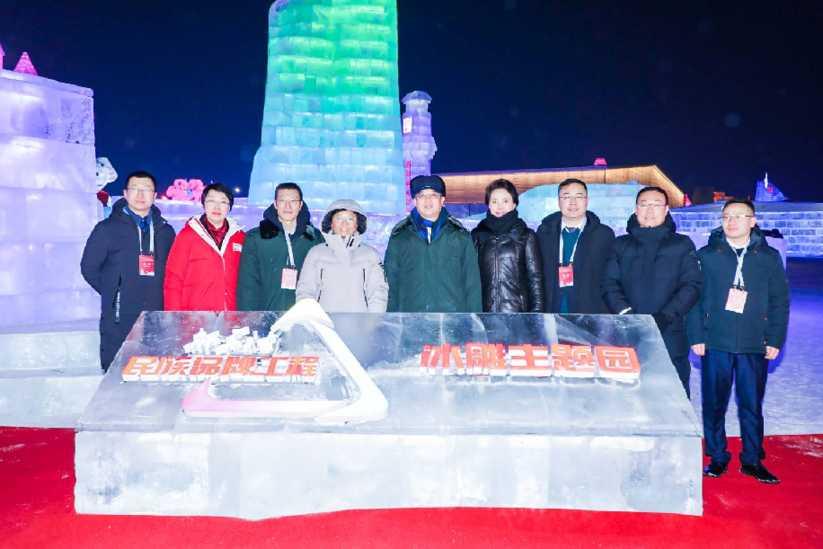 京東吉祥物冰雕亮相哈爾濱冰雪大世界 新華社民族品牌工程主題園