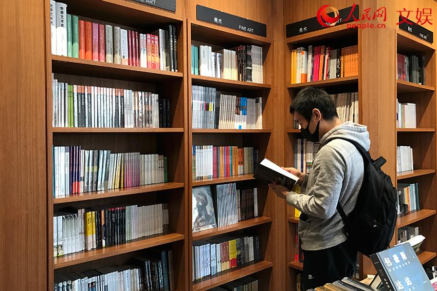 北京市民打卡書店、公園:最是一年春好處