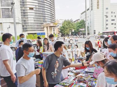 出版社、书店纷纷摆出书摊——地摊经济对出版业意味着什么?