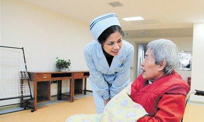 医养结合完善养老服务(人民时评)