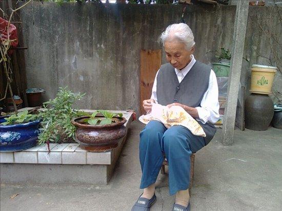 73岁独居老人脑梗摔倒20小时后获救!独居养老,各地这些措施暖心