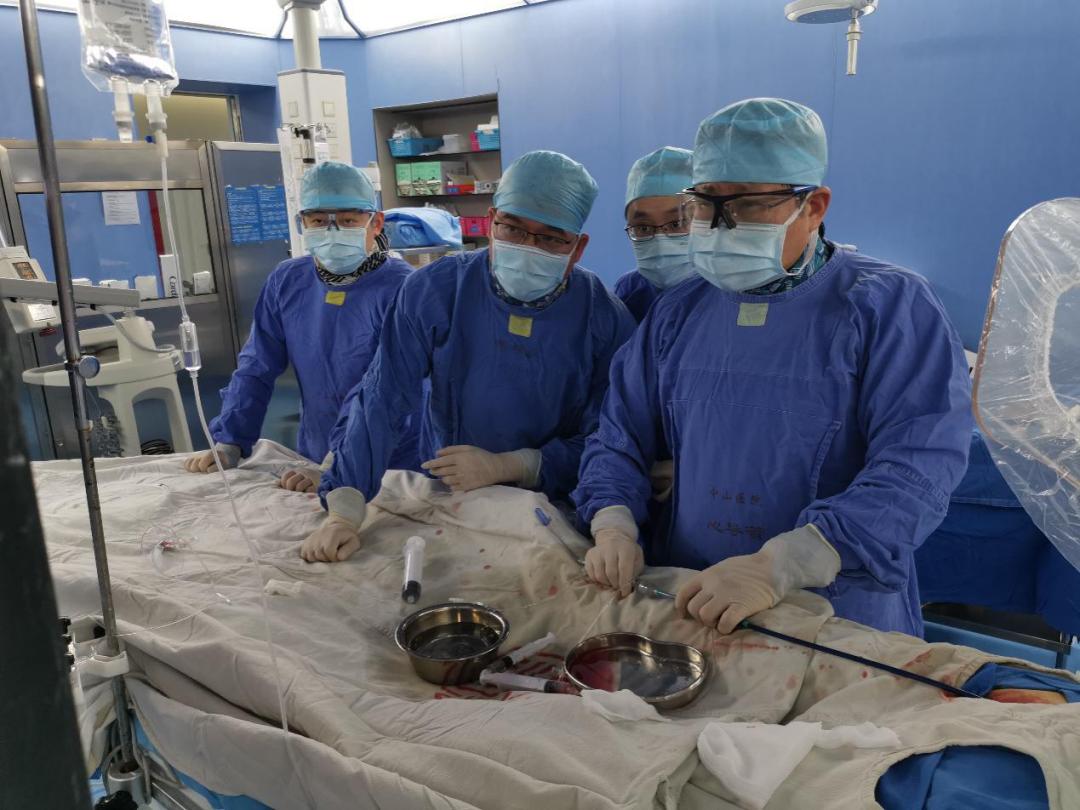 葛均波院士团队完成世界首个可穿刺封堵器植入